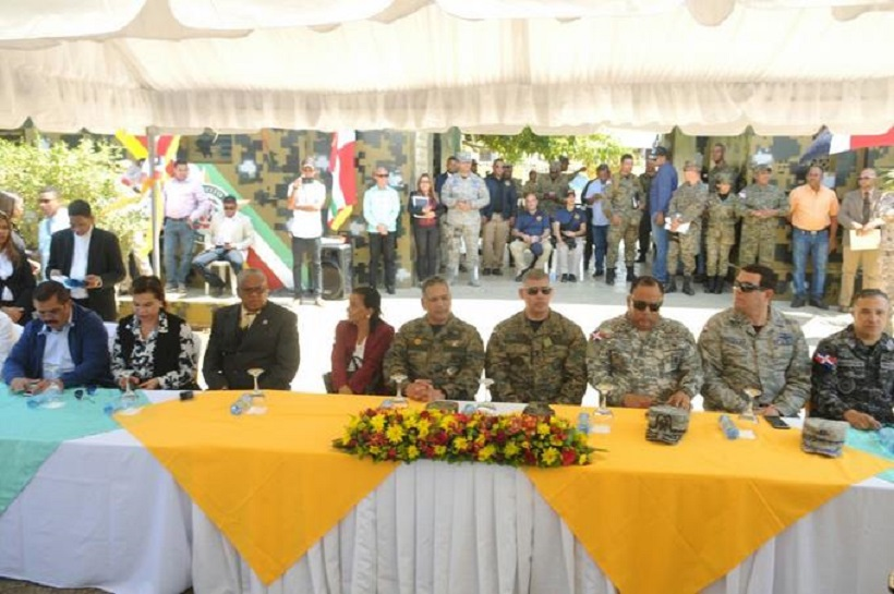 Ministro de Defensa pide a militares y autoridades civiles provinciales evitar contratación de indocumentados