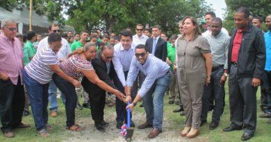 David Collado complace moradores Los Prados y preside acto de primer picazo remozamiento de su parque
