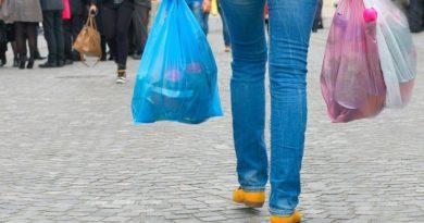 Chile se convirtió este domingo en el primer país latinoamericano que prohíbe el uso de bolsas plásticas en sus comercios