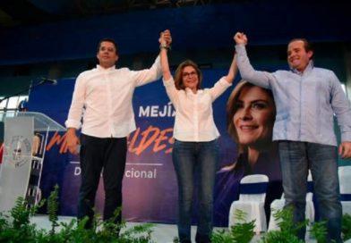 Carolina Mejía recibe de David Collado la antorcha del ADN
